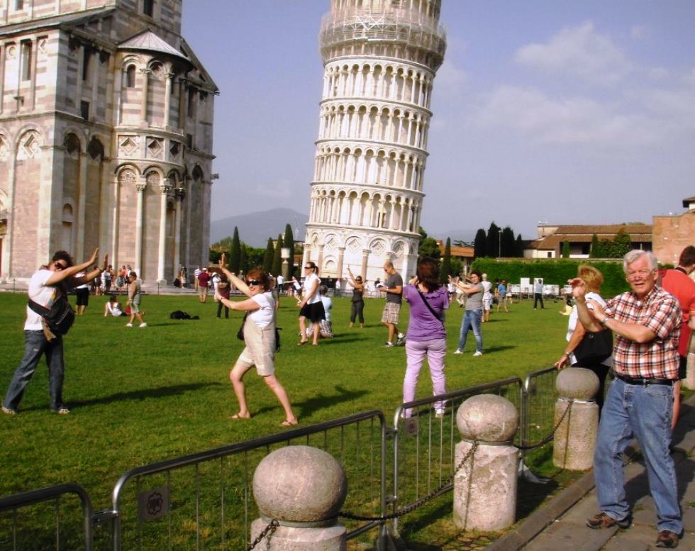 Group photo everyone leaning the tower of Pisa